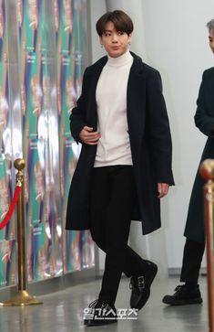 """the world is jungkook's runaway"" Kpop Fashion, Korean Fashion, Mens Fashion, Airport Fashion, Bts Airport, Airport Style, Busan, Bts Inspired Outfits, Foto Jungkook"