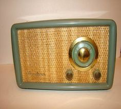 Vintage Green AIRLINE Bakelite Tube Radio Mid Century Modern Modern Words, Mid-century Modern, Vintage Stuff, Vintage Green, 1950s Living Room, Radio Antigua, Television Set, Antique Radio, Record Players