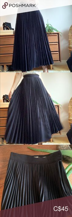 Vintage Navy Wool High Waisted Pleated Skirt XS This skirt is amazing quality. Made in Canada pure virgin wool. High waisted with side zip and button closure. Midi length. In excellent excellent condition. Waist measures 12 inches, no stretch. Length 36 inches. Vintage Skirts Midi Pleated Skirt, Midi Skirt, Plus Fashion, Fashion Tips, Fashion Design, Fashion Trends, Vintage Skirt, Vintage Ladies, Canada