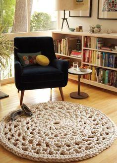 A estante de livros com uma poltrona formam um cantinho de leitura