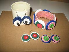 Dopo il bracciale, abbiamo creato gli orecchini, sempre con tappi e bottoni. A me fanno morire quelli appesi: con una perla scura al centro sembrano occhi da fumetto che ci guardano stupiti!!!!