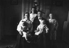 Familjen August och Hedvig Lundgren, Lill-Vännäs 1. Mor Hedvig, född Berglund 1883 från Agnäs, 2. Malin, född 1919, tvilling med Holger 3. H...
