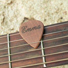 Personalisiertes Plektrum aus Mahagoni-Holz - Coole Geschenke für Musiker