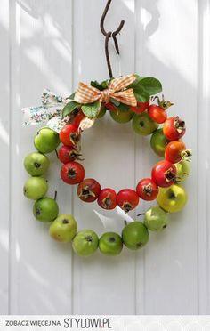 kranz-herbst-apfel-grun-hagebutten-rot-garten-dekoideen-dekoration-diy/ - The world's most private search engine Fall Wreaths, Christmas Wreaths, Fall Decor, Holiday Decor, Deco Floral, Autumn Crafts, Diy Décoration, Fall Diy, Red Apple