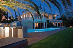 Deze klassiek Portugese villa is uniek gelegen op een heuvel en biedt daardoor niet alleen optimale privacy, maar ook nog eens een fenomenaal uitzicht over het prachtige platteland en de kuststrook in de verte. Ondanks de heerlijk rustige ligging is 'de bewoonde wereld' niet ver weg: de historische vestingstad Silves ligt slechts op tien minuten… Portugal, Port Wine, Algarve, Lisbon, Villa, Mansions, House Styles, Porto, Manor Houses