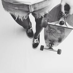 Black and white longboard pic Skates, Girls Skate, Vans Girls, Look Skater, Skater Boys, Skateboard Girl, Skateboard Pictures, Skate Style, Skateboards