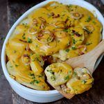 This hearty vegan potato bake with pumpkin and lentils is a great fall recipe. It's a wonderful comfort food and perfect for dinner or lunch. The vegan potato casserole is plant-based, gluten-free and easy to make! Delicious Vegan Recipes, Gluten Free Recipes, Vegetarian Recipes, Vegetarian Cooking, Sin Gluten, Ella Vegan, Vegan Queso, Fall Dinner Recipes, Fall Recipes