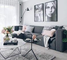 magnifique idée couleur peinture salon grise, énorme canapé gris foncé, table deisgn originale, portraits graphiques comme déco murale