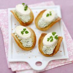 Tuiles de pain de mie, chantilly aux herbes et fromage