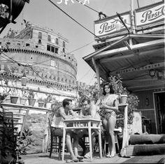"""Foto di Francesco Alessi - """"Carmen di Trastevere"""" di Carmine Gallone (1962). Lino Ventura e Giovanna Ralli su un barcone lungo il Tevere, sullo sfondo Castel S. Angelo a Roma."""
