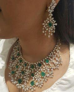 Gold Jewelry Design In India Real Gold Jewelry, Mom Jewelry, Emerald Jewelry, Stone Jewelry, Indian Jewelry, Wedding Jewelry, Gold Jewellery, Jewelry Design, Diamond Jewelry