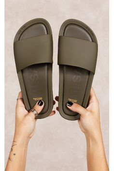 Sandals Outfit, Cute Sandals, Sport Sandals, Cute Shoes, Cute Slippers, Mobiles, Fresh Shoes, Melissa Shoes, Comfortable Sneakers