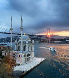 Ortaköy Mosque Mosque in Istanbul, Turkey Wonderful Places, Beautiful Places, Beautiful Mosques, Roadtrip Europa, Hagia Sophia Istanbul, Terra Santa, Bosphorus Bridge, Capadocia, Hotels In Turkey
