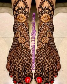 Henna is the most traditional part of weddings throughout India. Let us go through the best henna designs for your hands and feet! Mehndi Designs Bridal Hands, Cool Henna Designs, Engagement Mehndi Designs, Floral Henna Designs, Mehndi Designs Feet, Beginner Henna Designs, Legs Mehndi Design, Mehndi Designs 2018, Modern Mehndi Designs