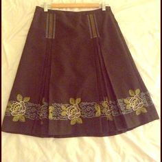 ⭐ HOST PICK ⭐ Liz Claiborne skirt Gray Liz Claiborne skirt with pretty embroidered flowers and flattering pleating. A bit too long for me so I wore this on Christmas and thanksgiving with knee high boots and it looked chic young and dressed up enough to deal with the familia. Size 4, fully lined and in amazing condition. Liz Claiborne Skirts