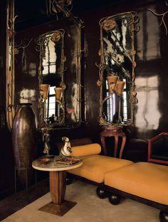 Appartement d'Yves saint Laurent, rue de Babylone à Paris Coin repos dans le salon de musique. La méridienne et le guéridon des années 1930 sont anonymes, le grand vase en dinanderie est de Jean Dunand