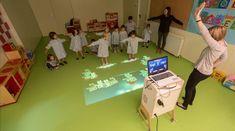 Algunos colegios utlizan sistemas interactivos que proyectan imágenes en el suelo para reforzar el aprendizaje de números y letras