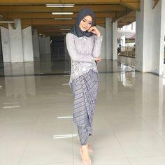 Graduation should be celebrated as the day of success, a long and challenging process. Kebaya Muslim, Dress Brokat Muslim, Kebaya Hijab, Batik Kebaya, Kebaya Dress, Model Rok Kebaya, Model Kebaya Brokat Modern, Kebaya Modern Hijab, Dress Brokat Modern