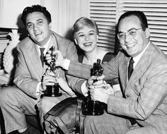 Фотогалерея: Со дня рождения классика неореализма прошло 95 лет.                        28 марта 1957 года. Федерико Феллини, его жена Джульетта Мазина и Дино Де Лаурентис с Оскарами за фильм «Дорога».