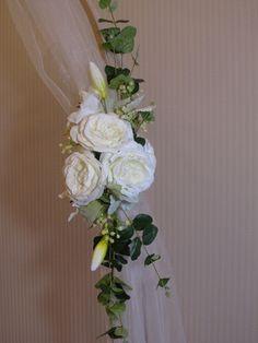 Weddinq flowers on arch