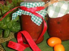 Esta receta la podemos hacer en cualquier época del año porque se hace con tomate triturado, unas hortalizas y hierbas frescas.   Con todos estos ingredientes simples y cotidianos obtendremos una salsa de tomate sana y deliciosa para conservar durante 1 año que nos servirá para elaborar todo tipo de recetas, en pizzas o como acompañamiento de arroz cocido, flanes de verduras o cualquier plato que necesite de una buena salsa de tomate casera. Me la enseñó a hacer mi amiga Mª Agnese en Milán.