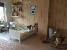Kinderkamer jongen. Zelf steigerhouten wand maken. Wit peuterbed en panda poster. Toddler Bed, Bench, Storage, Furniture, Baby, Home Decor, Poster, Child Bed, Purse Storage