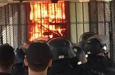 """Policiais observam corredor de presídio CPPL IV em chamas durante rebelião.  VIOLÊNCIA NO BRASIL PCC, o """"talibã"""" dos presídios cearenses Facções impõe domínio rígido sobre sistema prisional cearense e ordenam atentados de dentro das cadeias"""