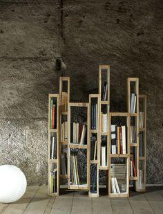 Bibliothèque en palette  http://www.homelisty.com/12-idees-fantastiques-de-diy-avec-des-palettes-en-bois/