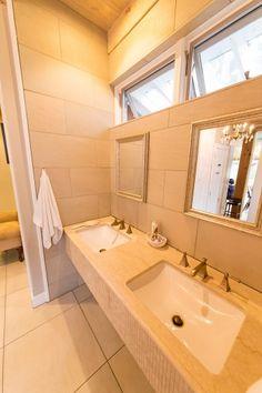 大理石を用いた洗面台。2つのシンクと鏡がシンメトリーになり、機能的かつ美しい。