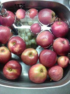 Fruit wassen in de wasbak met een kopje azijn! 10 min laten staan en het fruit is schoon en blijft mooier!
