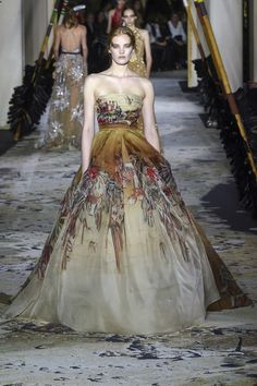 The complete Zuhair Murad Spring 2018 Couture fashion show now on Vogue Runway. Haute Couture Gowns, Style Couture, Haute Couture Fashion, Couture Dresses, Spring Couture, Couture Week, Collection Couture, Fashion Show Collection, Beautiful Gowns