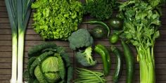 Losing weight and getting healthy can be a tough challenge. We look into the 25 best superfoods to eat that will help promote weight loss. Green Vegetables Benefits, Papaya Leaf Extract, Low White Blood Cells, Rich Source Of Calcium, Turmeric Health Benefits, Best Weight Loss Foods, Wheat Grass, Eat Right, Diet And Nutrition