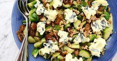 En god sallad med julens godaste råvaror - brysselkål, dadlar, mögelost och valnötter!Testa även Lisas Citrussallad med granatäpple och persilja!