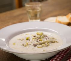 Hackfleisch-Käse-Suppe mit Lauch, Schmand und Schmelzkäse Partyrezept - http://www.brigitte.de/rezepte/rezepte/hackfleisch-kaese-suppe-mit-lauch