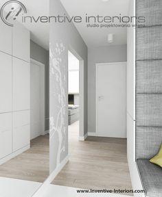 Projekt korytarza Inventive Interiors - naklejka ścienna w biało szarym korytarzu