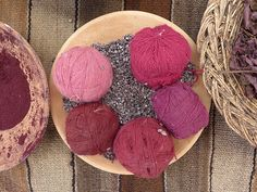 VERMELHO:  cochonilha - Rende vários tons e variantes – dizem que até 18!                                                                                                                                                      Mais
