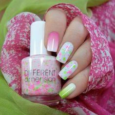Base blanca... difuminar con esponja de la cutícula hacia arriba... color verde y rosa.... barniz blanco con glitter verde y rosa neon