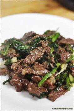 Mongolian Beef that's easy to make in just 30 minutes, crispy, sweet and full of garlic and ginger flavors you love from your favorite Chinese restaurant. Read more at: Easy Mongolian Beef. Meat Recipes, Asian Recipes, Chicken Recipes, Cooking Recipes, Cooking Rice, Easy Mongolian Beef, Mongolian Beef Recipes, Mongolian Chicken, Easy Dinner Recipes