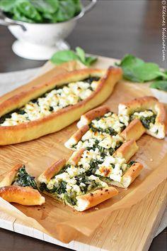 Pide mit Spinat und Käse - ein absoluter Klassiker, der super lecker ist. Würzig mit etwas Chili und Fetakäse. Köstliches Fingerfood!