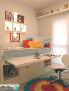 É sempre uma ótima ideia ousar quando o assunto é quarto de crianças e jovens. Neste projeto, há uma escrivaninha que fica embutida na marcenaria da cama, perfeito para aproveitar o espaço. Projeto: Suzy Melo.