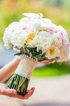Букет невесты БЛАНШ. Пионовидная роза, орхидея, диантус. #wedding # bouquet #lejardinbotanique #студияjardin Wedding Bouquets, Wedding Flowers, Leftover Pork, Weddings, Studio, Gardens, Wedding, Wedding Brooch Bouquets, Leftover Pork Tenderloin