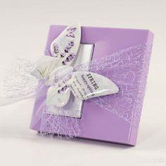 Deliziosa bomboniera lilla con farfalla, confezionata con due cioccolatini. #wedding #favor #bomboniera #bombonieramatrimonio #matrimonio #emporioeventi