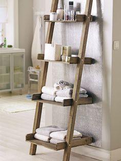 Eine alte Holzleiter lässt sich prima zur Deko- und Handtuchablage umfunktionieren.