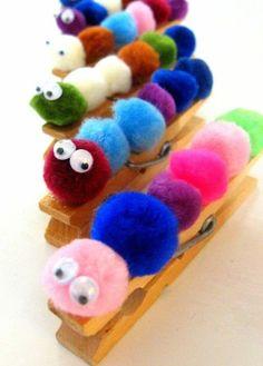 pompons colorés sur une pince à linge en bois, une chenille aux yeux mobiles, activité manuelle maternelle diy enfants
