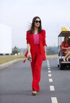 Camila Coelho | Alfaiataria blazer Marbet e pantalona vermelha.
