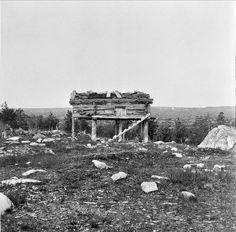 Rester av en samisk stolpbod vid Hävlingskällan, Idre, Dalarna,  Sverige. Remains of a Sami store house on pillars in Dalarna, Sweden