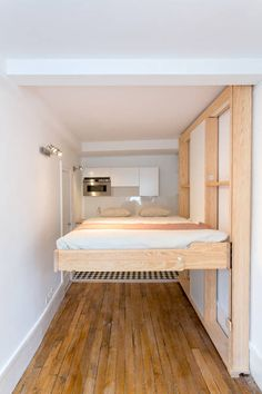 L\'estrade de la cuisine renferme également un lit d\'appoint pour ...