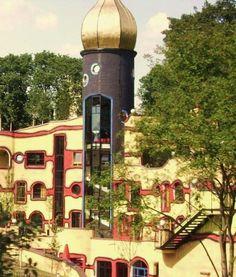 Das Hundertwasserhaus im Grugapark in Essen ist ein farbenreicher Lichtblick