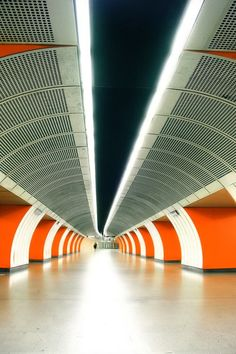 Inspiration for the Symmzinnati Central System subway of the Xenoglaux fictional world. It is a world where Cincinnati DID finish that subway to become one of the finest in the world. Orange Architecture, Architecture Design, Metro Subway, Nyc Subway, Lakes In California, Spaceship Interior, S Bahn, Bus Travel, Metro Station