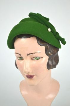 1940s-vintage-hat-forest-green-felt-swirl-detail-pearl-hatpin-front